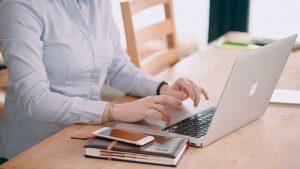 Imagem de pessoa com as mãos em um notebook